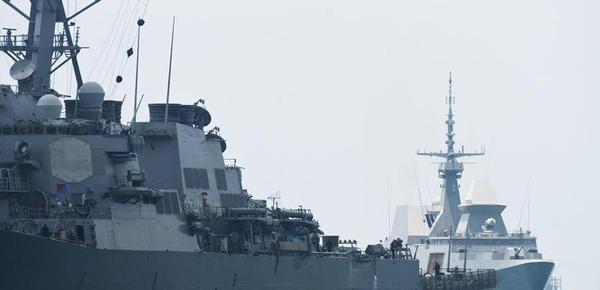 美国海军驱逐舰与商船相撞 舰身明显破损