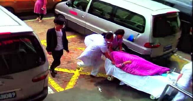 广东女子出租车上产女婴 的哥连闯5个红灯