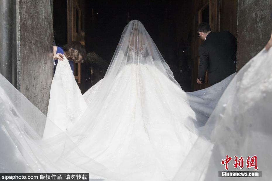施华洛世奇女继承人结婚 婚纱镶50万颗水晶