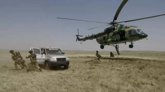 满洲里:中俄蒙边防联合执法演练