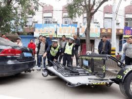 """万荣:民警检查小轿车牵引的""""小""""挂车牌照"""