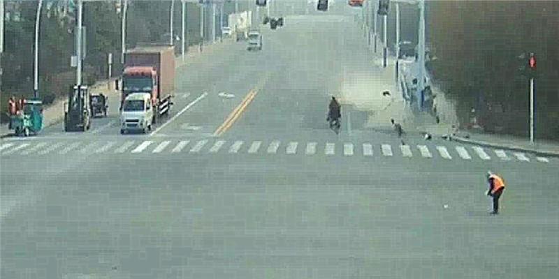 潍坊SUV撞灯杆驾驶员去世 交警还原真相