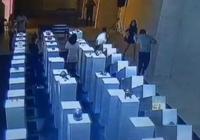 中国留学生自拍撞坏135万元艺术品 办展者不索赔