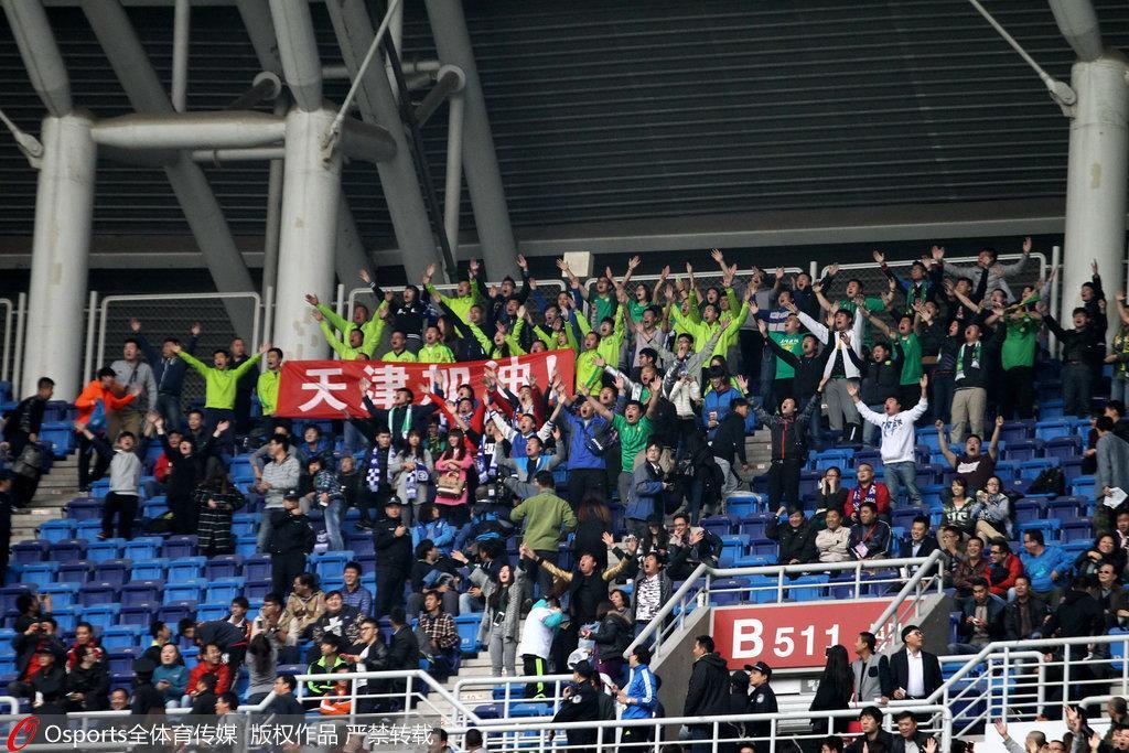 京津恩怨历史性一刻,关闭看台后双方球迷首次正面在球场相见。国安球迷还有购买用于伪装自己身份用的泰达围巾。