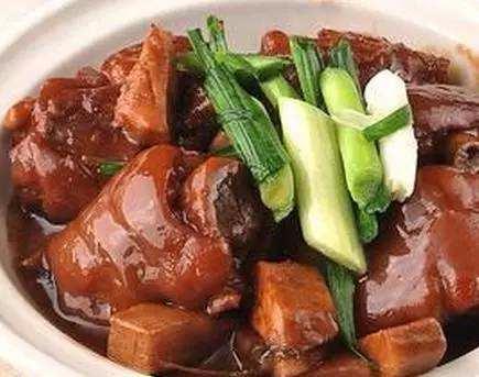 韶光乐昌市的特色风味美食——香芋腊猪手煲