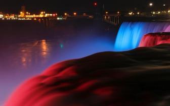 夜色中的美国尼亚拉加瀑布流光溢彩