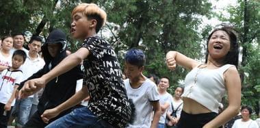 """郑州现""""直播""""一条街 市民尬舞想当网红"""