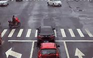 闯红灯被撞却赖汽车责任