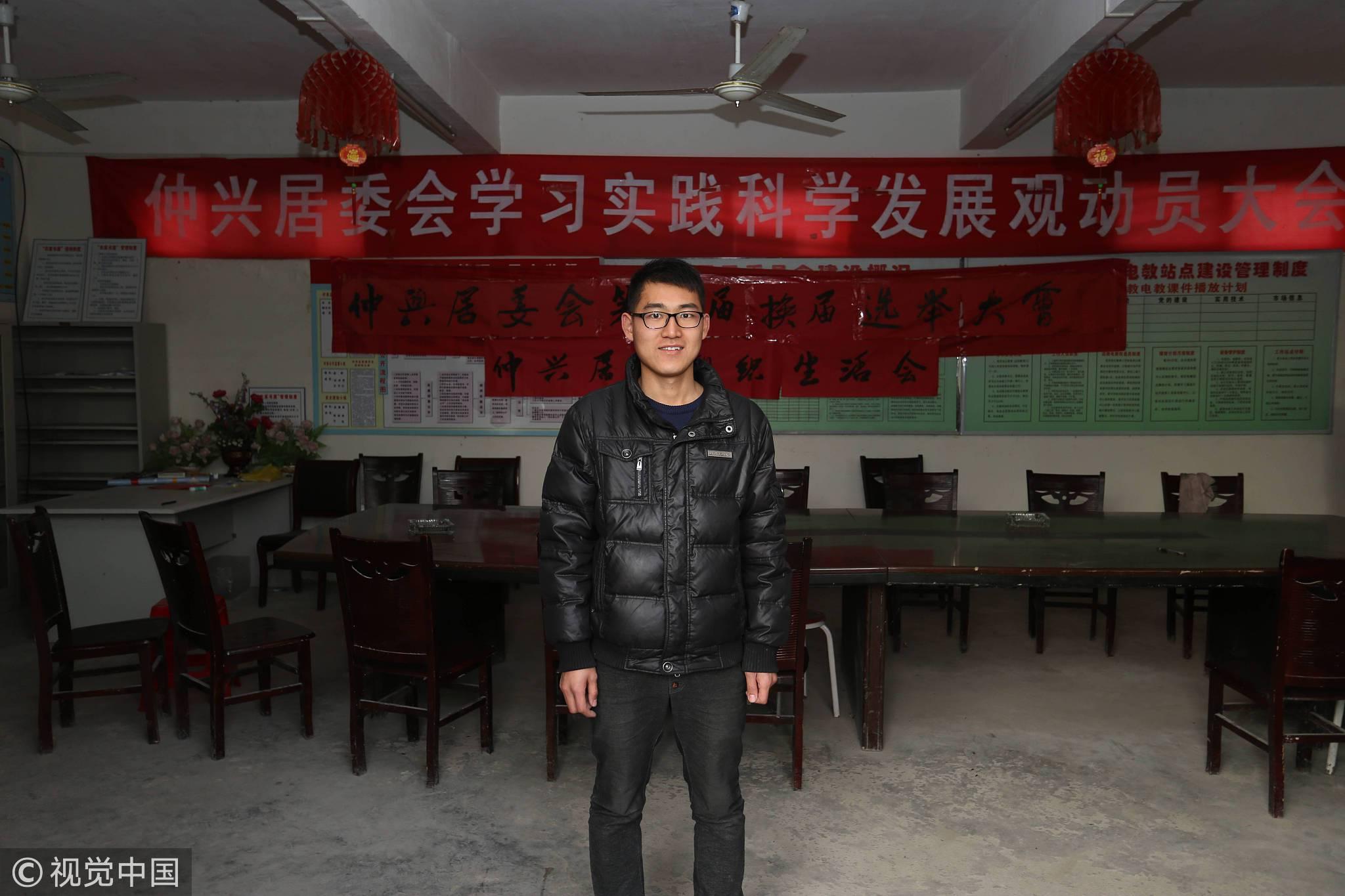 1991年出生的孙超,两年前通过安徽省大学生村官考试,现在在仲兴乡仲兴居委会担任村团委书记和村支部副书记。/视觉中国