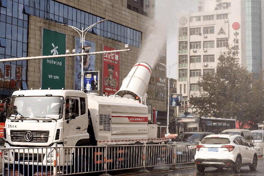 荆州街头启用喷雾式洒水车除尘 改善道路通行环境