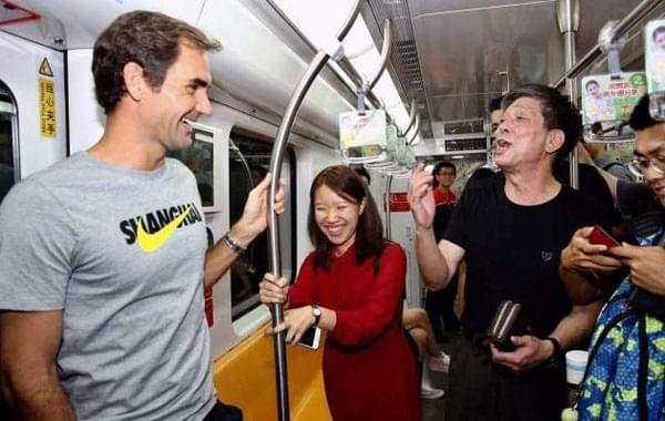 费德勒自己买票坐上海地铁