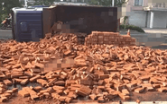 姜堰一货车侧翻 10余吨红砖倾泻一地