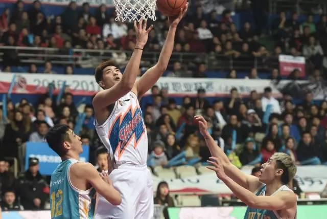 上海男篮宣布吴冠合同期满希离队:Big E感谢有你