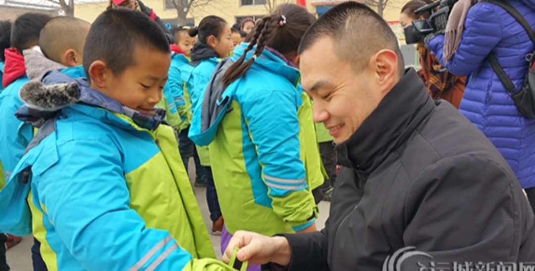 爱心团队为盐湖区霍赵小学捐赠冬季校服