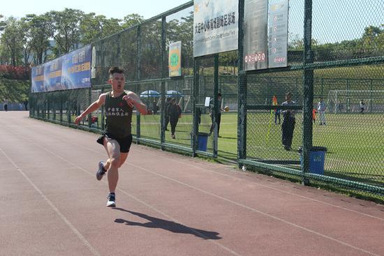 ▲全明星赛前孟飞在大运中心操场晨跑。