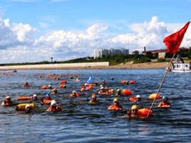 吴川10名游泳健儿与100名俄罗斯泳手成功横渡黑龙江