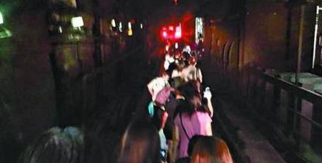 香港地铁发生故障 千人摸黑沿轨步行