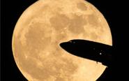 飞机穿过超级月亮