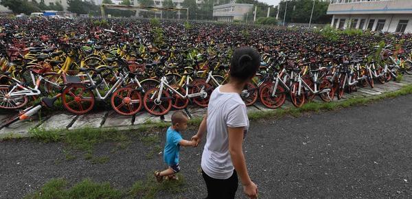 """万辆共享单车被扣 足球场变""""车海"""""""
