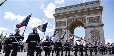 法国消防队员日 队员列队向凯旋门行进