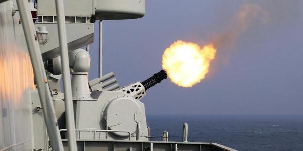 """海军""""日照舰""""进行实弹射击训练"""