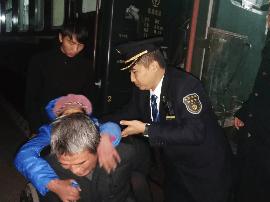 郑州客运段服务旅客:洒满阳光都是爱