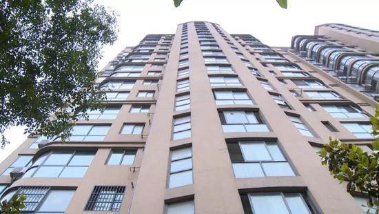 金水湾小区物业撤出电梯欠费停运 业主每天爬17楼