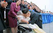 金正恩拥抱98岁女抗日战士