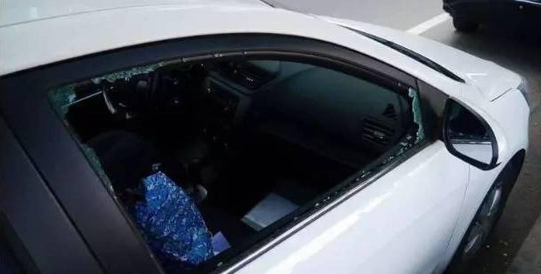 """广东一小车被砸 车内红包和贵药都""""飞了"""""""