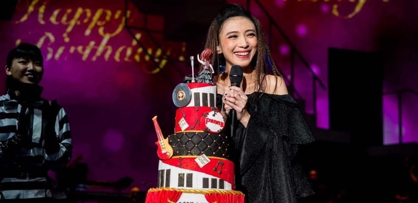 戴佩妮上海开唱与粉丝庆生 自曝从不识谱
