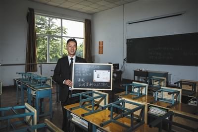 """张俊成,41岁,曾是北京大学的一名保安。1995年,通过成人高考,考上了北京大学法律系(专科),被媒体称为""""北大保安高考第一人"""",现为长治市一所中等职校的校长。"""