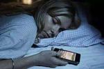 放下手机!睡前玩手机或是肌肤问题根源