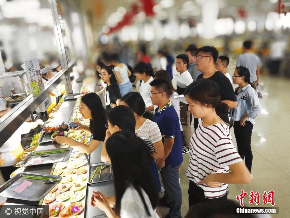 大学食堂花20万请客 毕业生吃免费晚餐