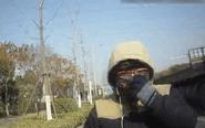 男子骑电动车上路 交警向他连发三张罚单