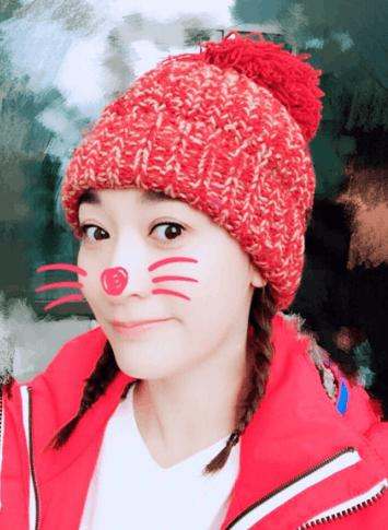 李小冉晒新年第一批萌照 萌喵造型粉嫩装扮尽显好心情