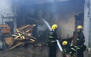 姜堰一厂房失火 消防三四个小时排险