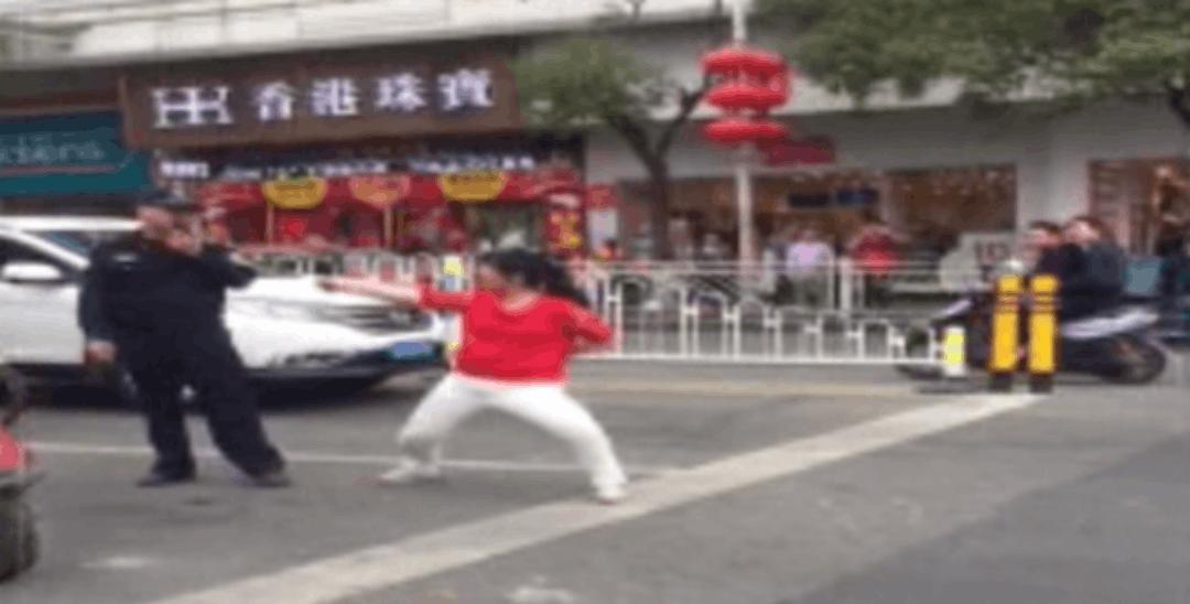 增城一女子在路中跳舞、脱衣,惊动阿Sir