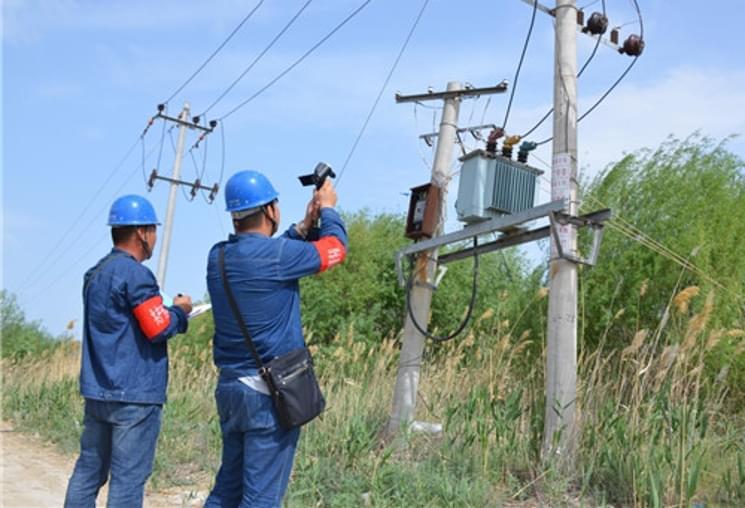 国网乌苏市供电公司巡查线路隐患保供电安全