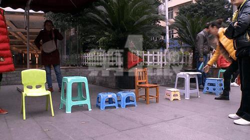 为孩子上幼儿园 家长搬小板凳排队18天