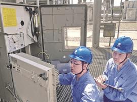 运城供电公司员工对稷山变电站设备进行仔细检查