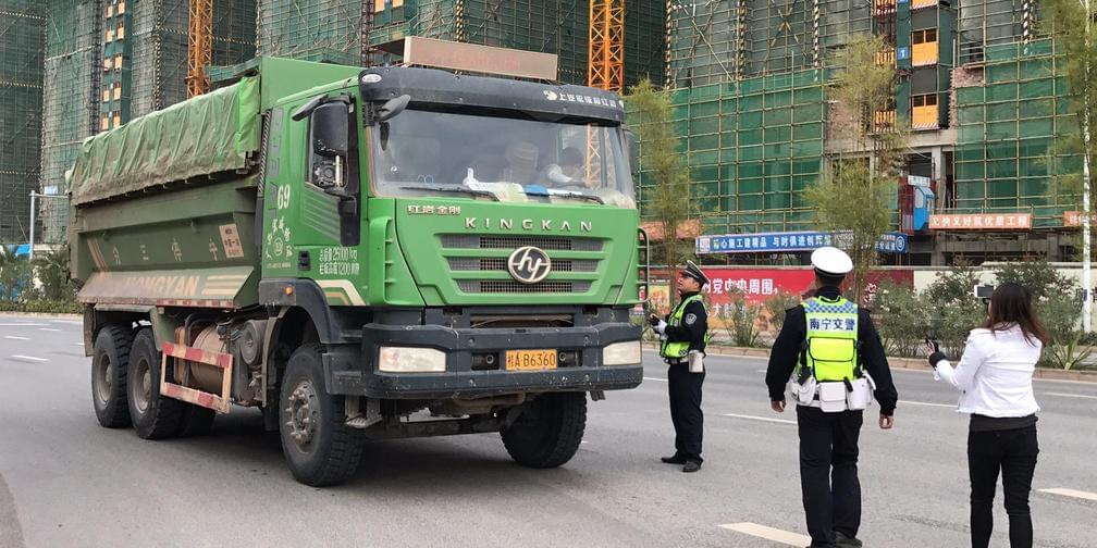 南宁蓝天保卫战:交警一小时查处20辆泥头车