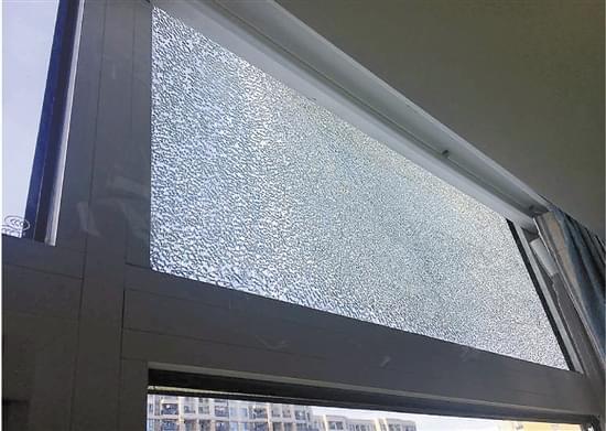 高楼玻璃自爆业主吓得冒汗 物业:自爆率未超标准