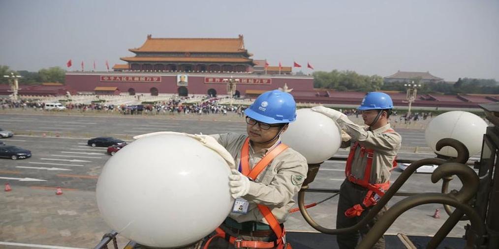 升空12米 工人昨起长安街上洗华灯