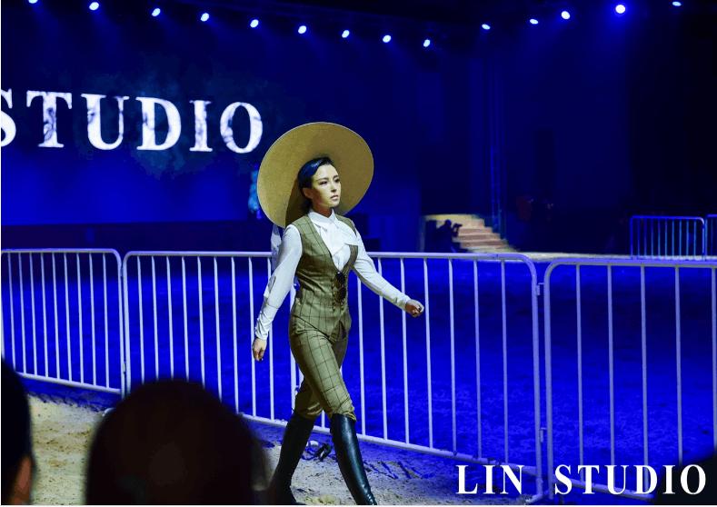 OST女王崔子格玩跨界 马场走秀化身驯马师