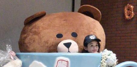 赵丽颖生日被礼物包围 藏巨大茶杯里卖萌