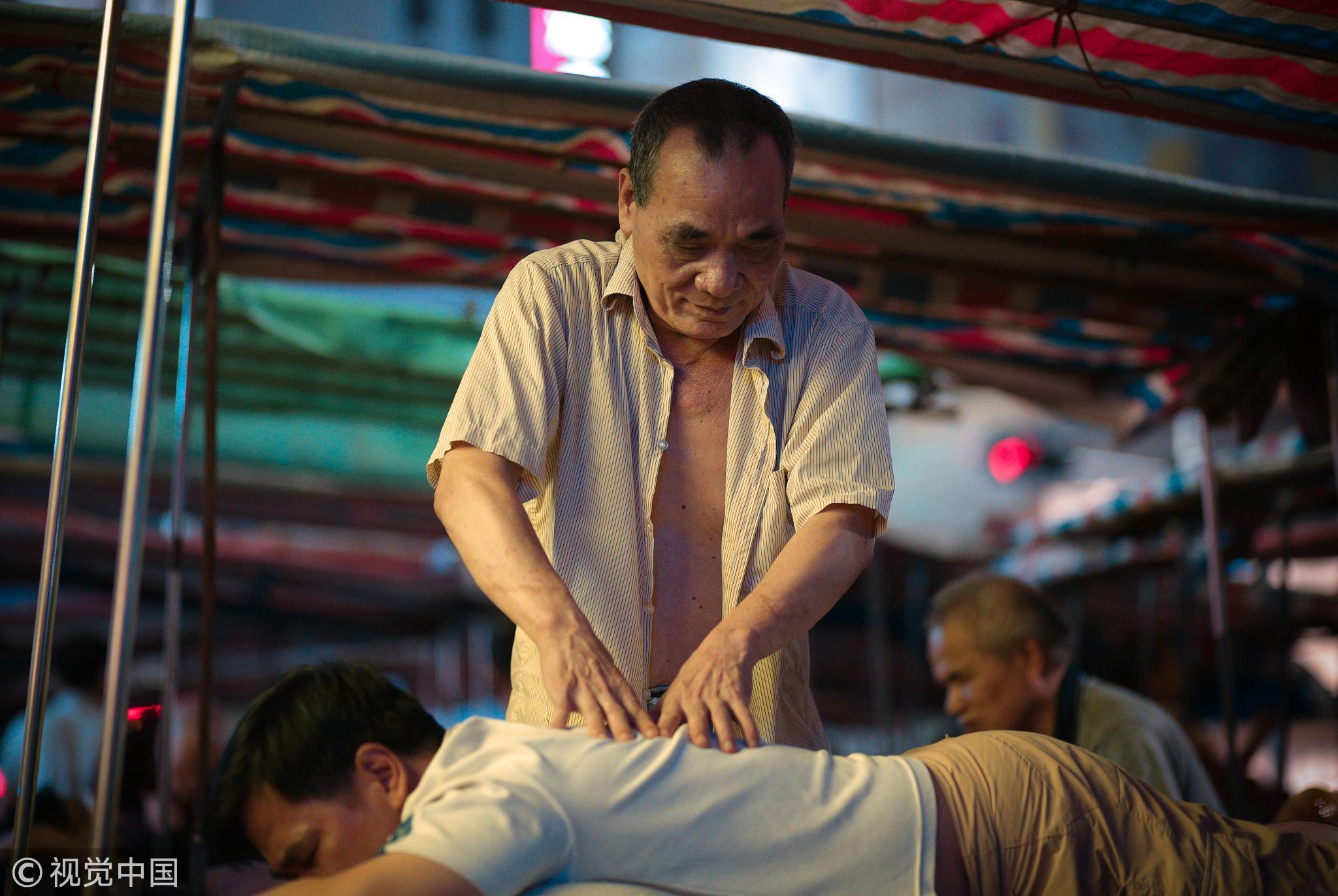 中国大街上为什么这么多盲人按摩