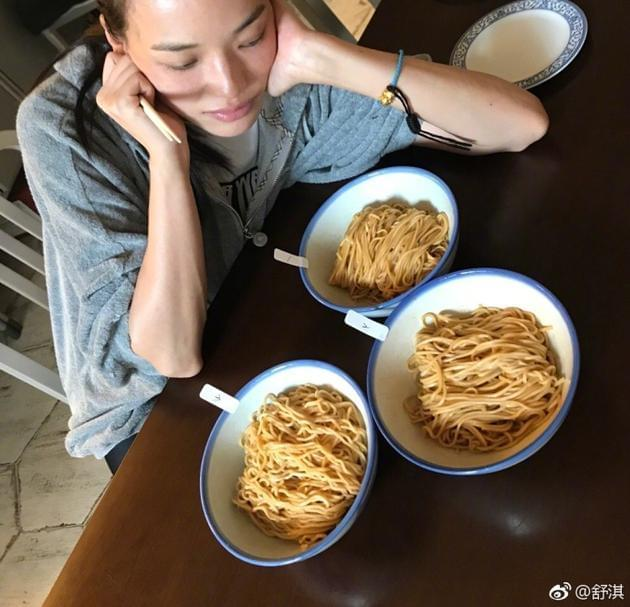 舒淇一次试吃三碗面 网友:别吃多 保护胃