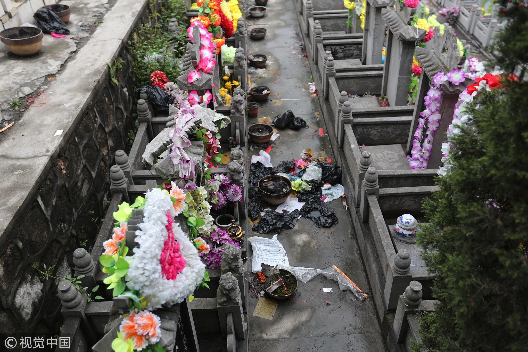 """2017年4月4日,湖北省襄阳市,清明节当天傍晚,当地一处公墓被各种各样的垃圾""""围攻""""。/视觉中国"""