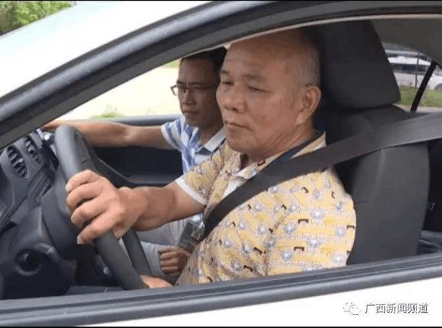 """这位新手""""老司机""""很励志!六十九还考驾照"""
