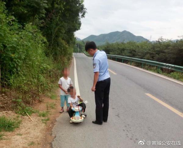 """幼童公路上""""自驾游"""" 被警察扣车又扣人"""